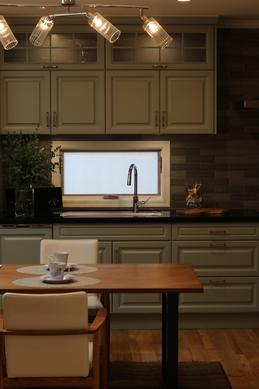 オーダーキッチンは渋いグリーン系のキャビネット扉+グレー系の前壁タイル貼り