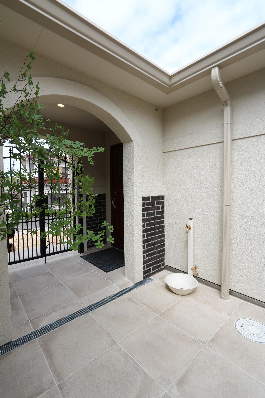 アイアン門扉でプライベート確保。ペットの足洗い場のある、中庭テラス