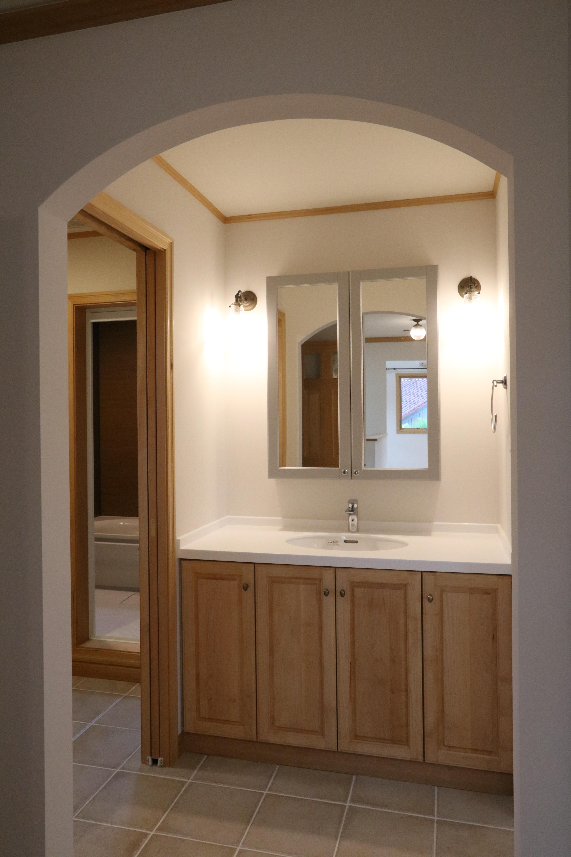 優しい灯りのオリジナル洗面スペース。シックな色合いでシンプルに。