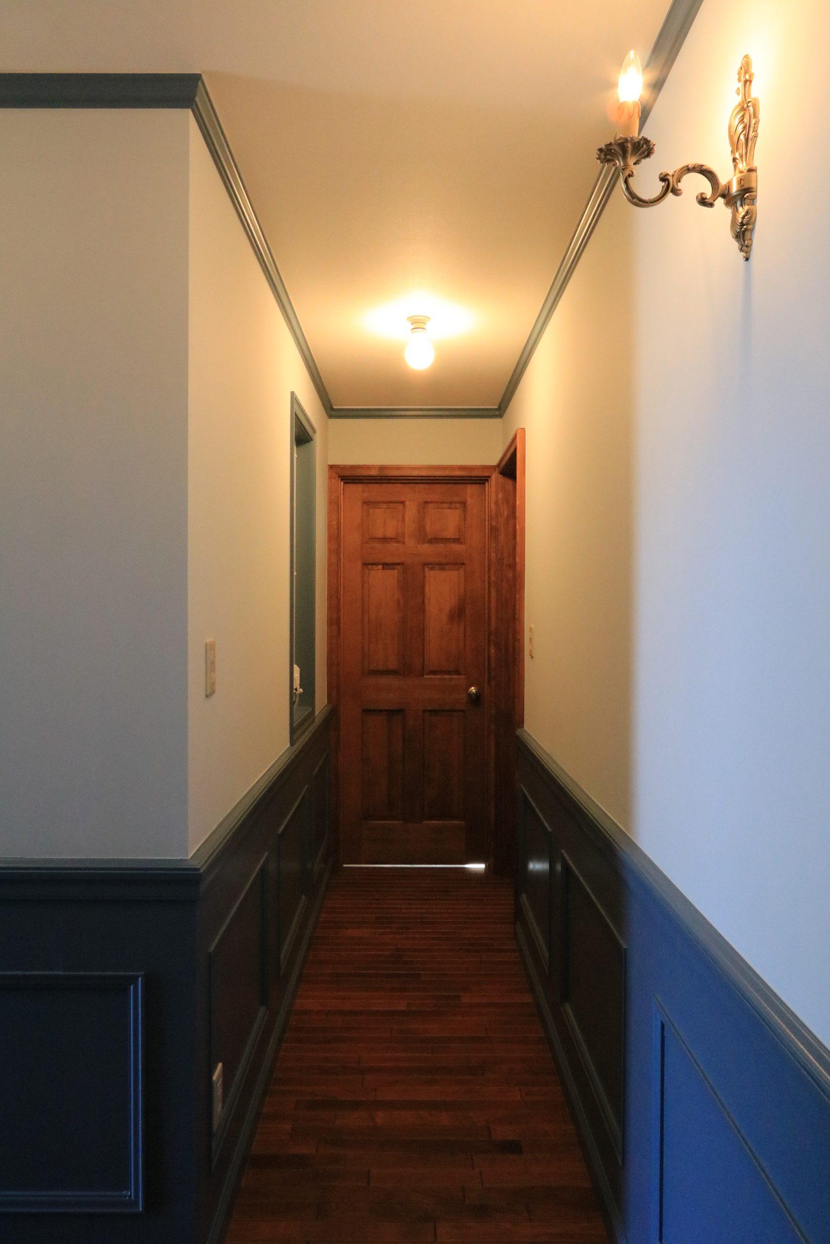 廊下の照明器具は、古城にあるようなクラシカルな蝋燭型。