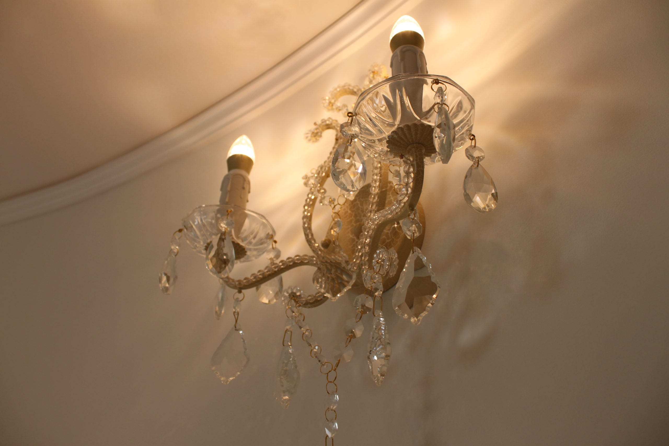 シャンデリアとセットの、きらめくブラケット照明。