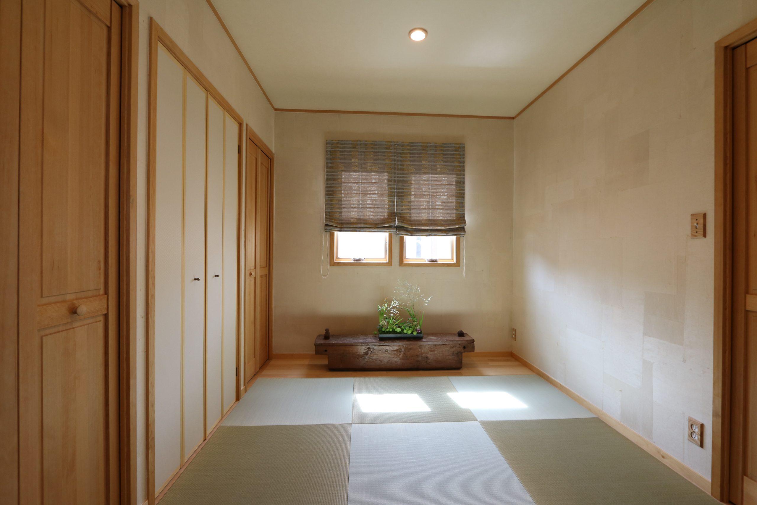 和紙を重ね貼りにした壁。仏壇収納、布団収納たっぷりの和室。
