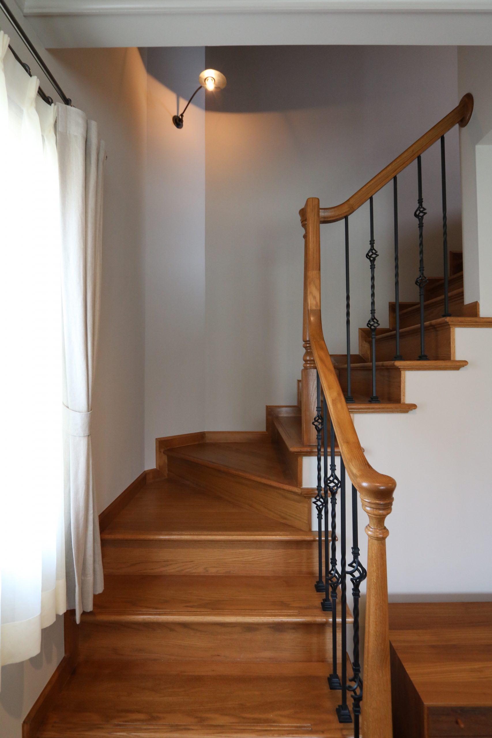 アイアン小柱と木製レール手摺の、L字階段。