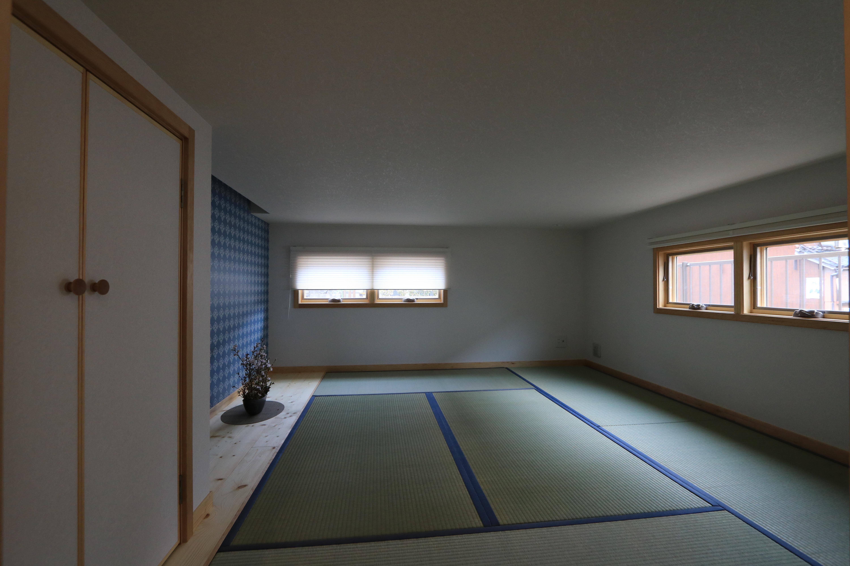 リビングから下がる半地下空間。座って過ごす、落ち着ける和室に。