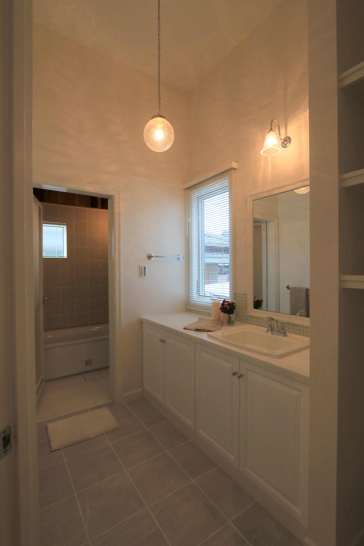 天井の高い、明るい洗面脱衣コーナー。収納もたっぷり。