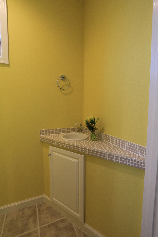 レモンイエロー、モザイクタイル、造作のトイレ