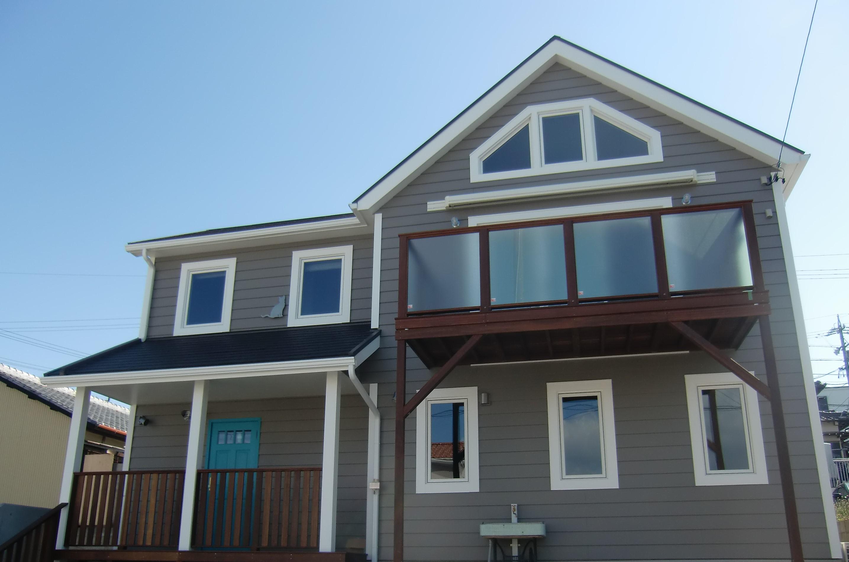 アメリカンな、ラップサイディングの家。フロンヴィルホームズ名古屋の家で30年近く暮らされていたお嬢様が、「海の見えるところに、いつか自分の家を建てたい!」という夢を実現されました。