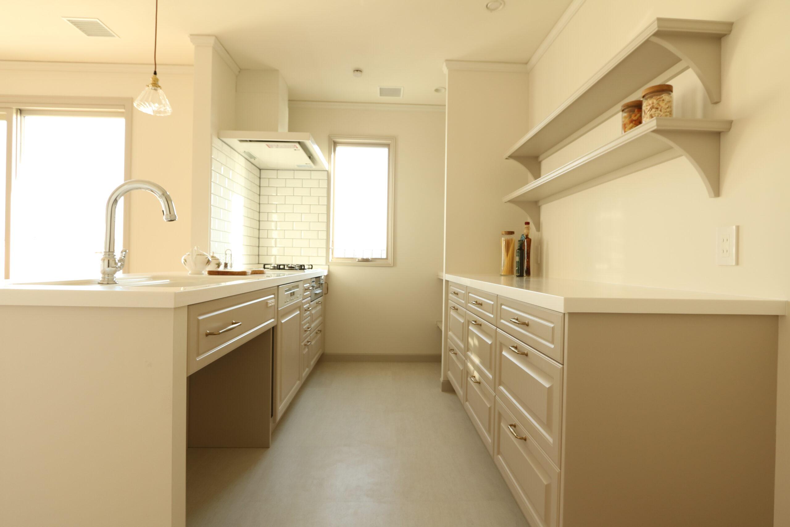 2列の完全オーダーキッチン。飾り棚も造作。