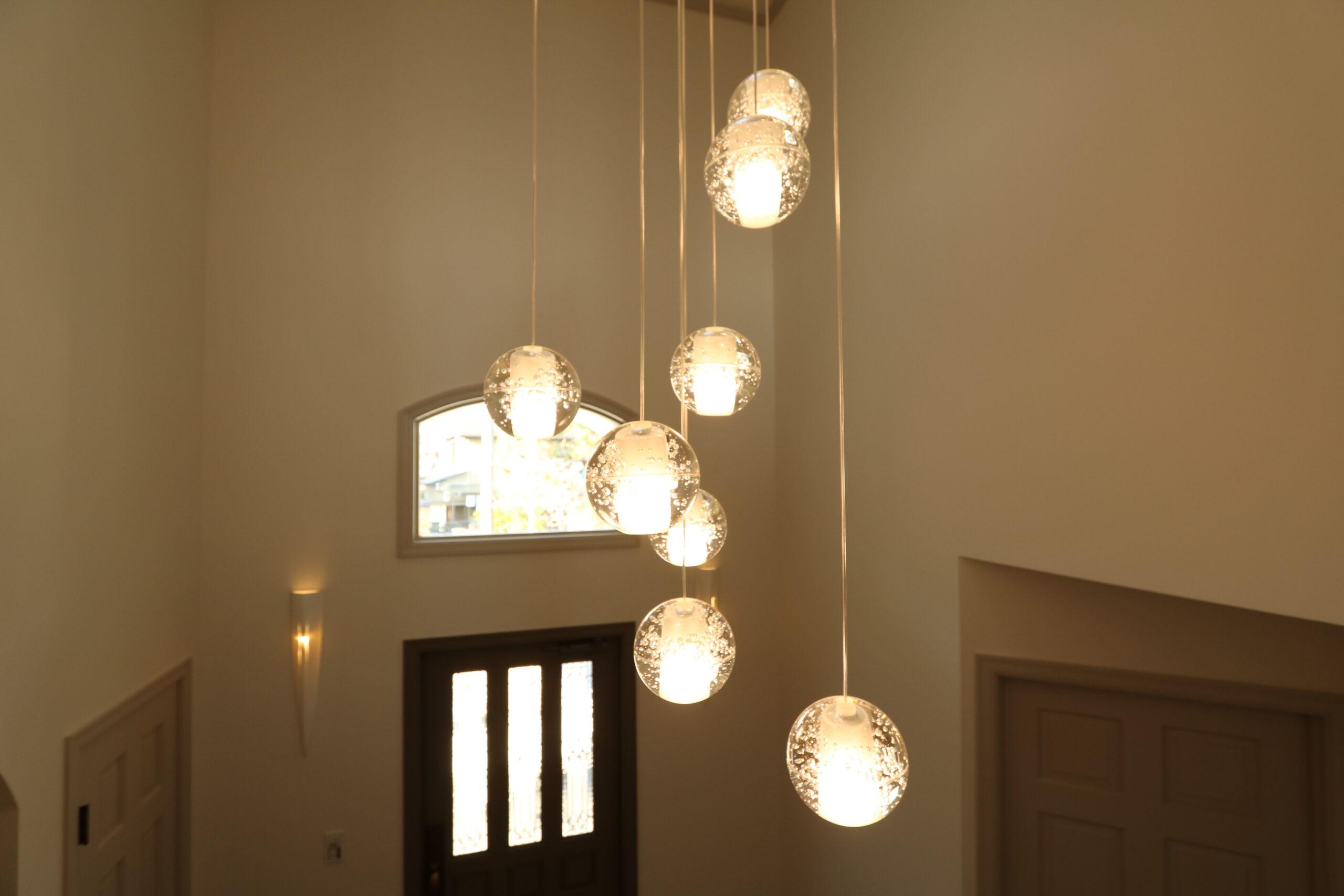 丸いガラス玉のシャンデリア照明