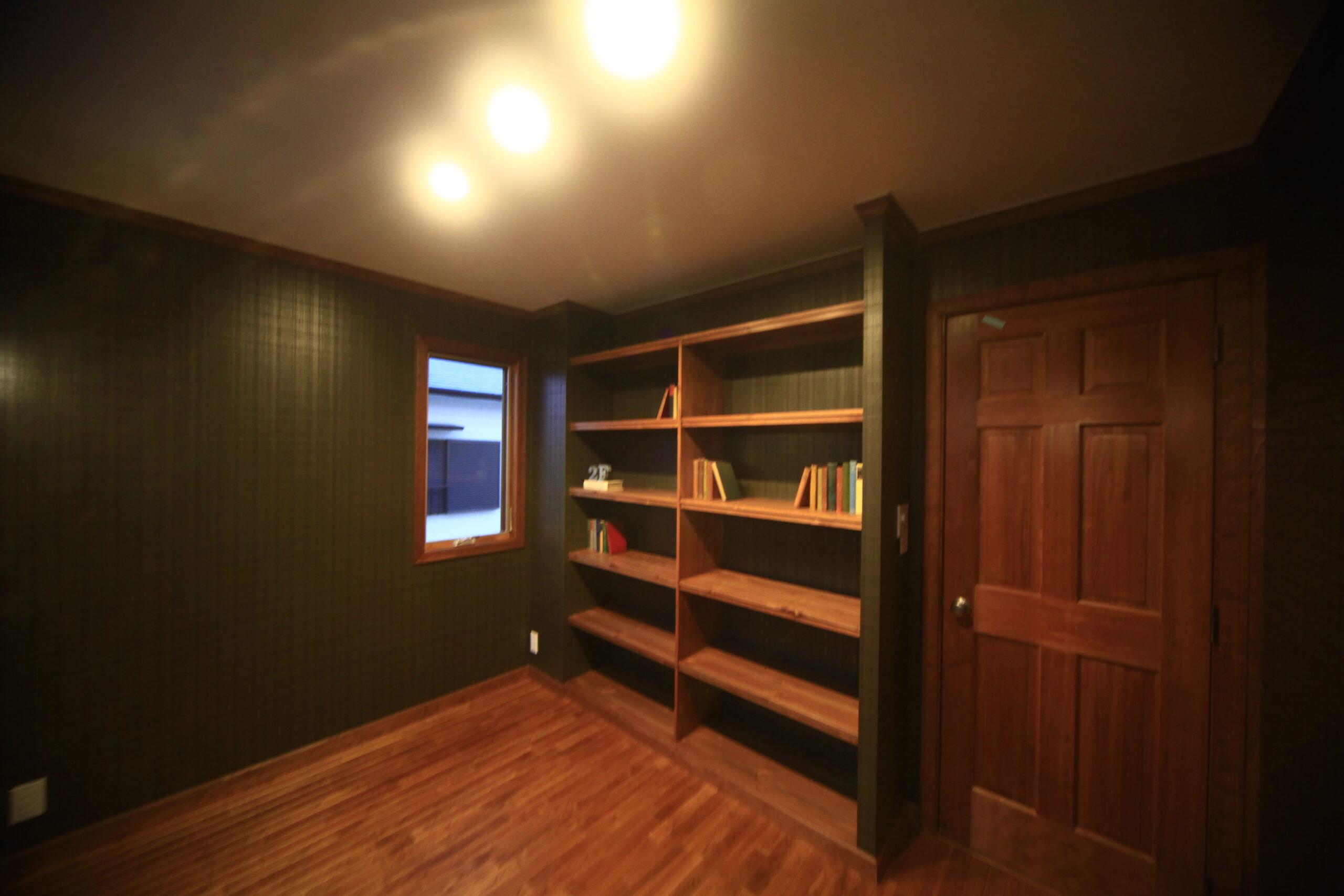 書斎。落ち着くグリーンと無垢の木肌をそのまま前面に出した、ダークな内装。