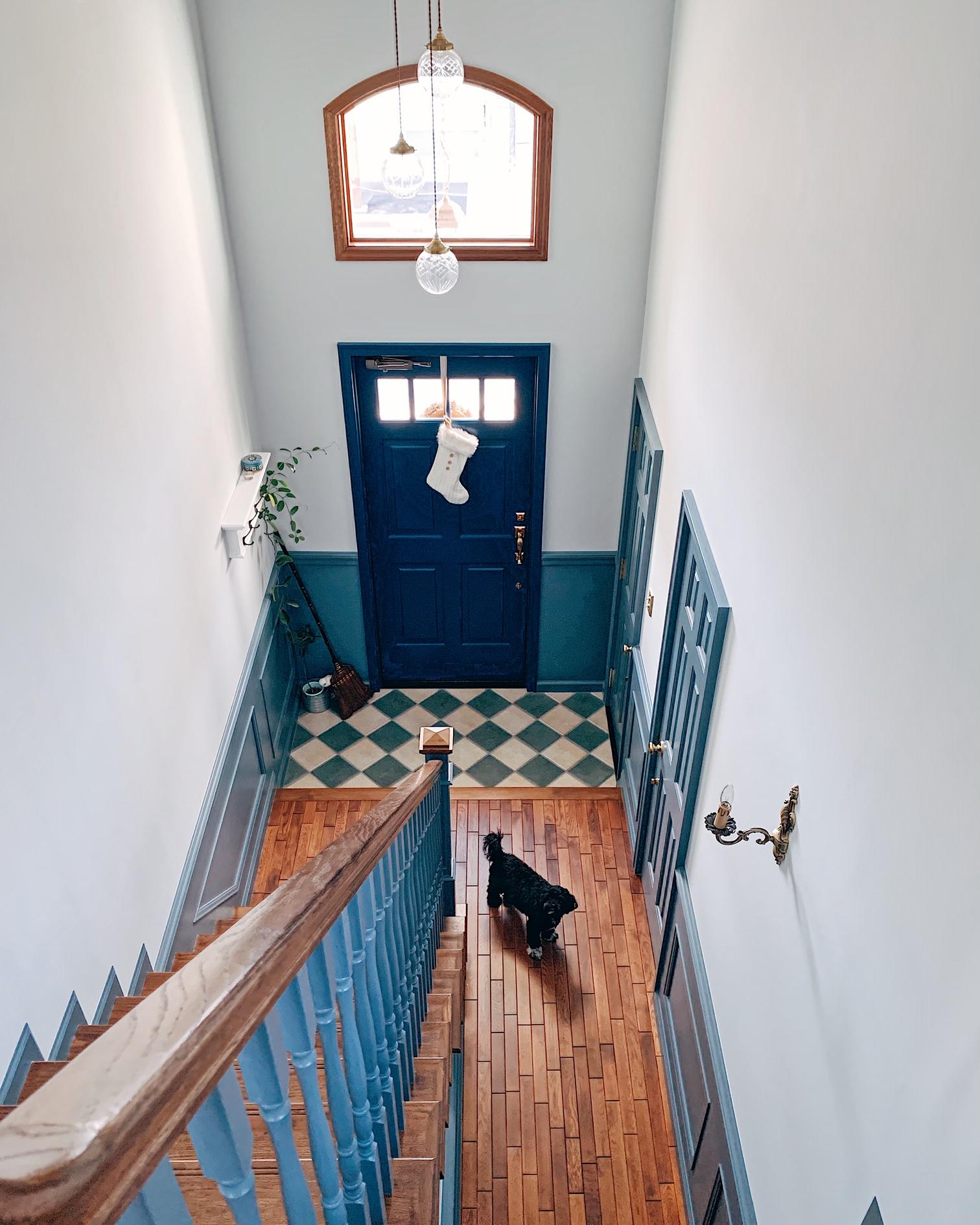ストレートの階段、超アメリカンな吹抜け玄関ホール。